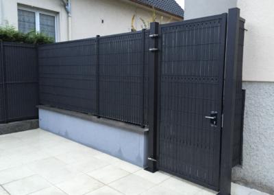 clôture métalique en panneaux gris anthracite