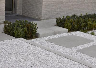 entrée de maison avec 1 marche en béton moderne