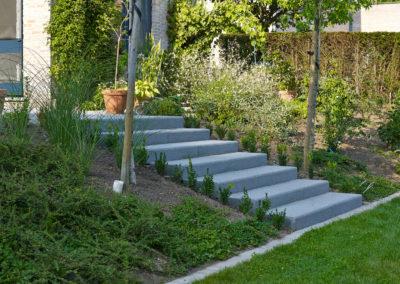 escalier moderne dans un jardin privé près de Brissac