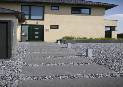 accès moderne en pas japonais avec  des dalles XXL en béton